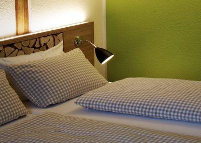 Zur Krone - Doppelzimmer Komfort - Holzdesign und Grüne Wand