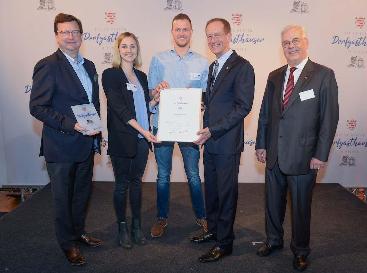 Zur Krone - Übergabe der Urkunde zu den 50 besten Dorfgasthäusern - ©DEHOGA Hessen/Paul Müller